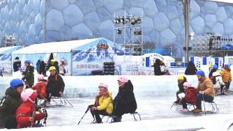 国家水泳センター前の広場には室外スケート場が作られ、親子連れが氷の感触を楽しんでいた=北京市内で2020年1月11日、赤間清広撮影