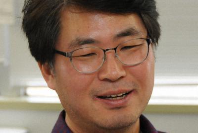 インタビューに答えるジョ・ヨンイルさん=東京都千代田区で