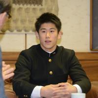 世界選手権の結果を小泉一成市長(左)に報告する橋本大輝選手=千葉県成田市役所で