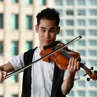 バイオリンを奏でる式町水晶さん=大阪市北区で、猪飼健史撮影
