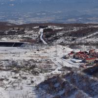 旧松尾鉱山跡。右は中和処理施設、左奥は従業員と家族が住み、現在は廃墟となっているアパート群=2019年12月9日、去石信一撮影