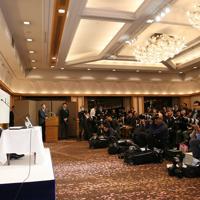 大勢の報道陣の前で記者会見する芥川賞を受賞した古川真人さん(左)=東京都千代田区で2020年1月15日午後7時45分、吉田航太撮影