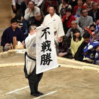 白鵬が休場し、北勝富士の不戦勝を伝える幟=東京・両国国技館で2020年1月15日、丸山博撮影