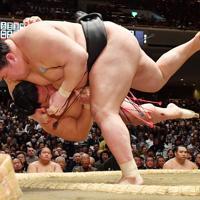 豪栄道(手前)が首投げで大栄翔を降す=東京・両国国技館で2020年1月15日、宮間俊樹撮影