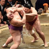 阿炎(右)が朝乃山を押し倒しで破る=東京・両国国技館で2020年1月15日、丸山博撮影
