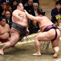 貴景勝(左)が突き落としで遠藤を降す=東京・両国国技館で2020年1月15日、丸山博撮影