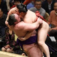 栃ノ心(左)が吊り出しで炎鵬を破る=東京・両国国技館で2020年1月15日、丸山博撮影