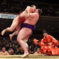 栃ノ心(右)がつり出しで炎鵬を破る=東京・両国国技館で2020年1月15日、宮間俊樹撮影