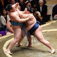 御嶽海(右)が押し出しで玉鷲を降す=東京・両国国技館で2020年1月15日、丸山博撮影