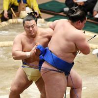 琴勝峰を送り出しで降した翔猿(左)=東京・両国国技館で2020年1月15日、丸山博撮影