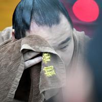 妙義龍に敗れて支度部屋で額をぬぐう鶴竜=東京・両国国技館で2020年1月15日、宮間俊樹撮影