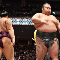 遠藤(左)を突き落としで降した貴景勝=東京・両国国技館で2020年1月15日、宮間俊樹撮影