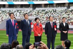 東京五輪のメイン会場となる国立競技場の竣工式に臨んだ安倍晋三首相(左端)と小池百合子東京都知事(中央)。五輪前解散はあるのか……(東京都新宿区で2019年12月15日)