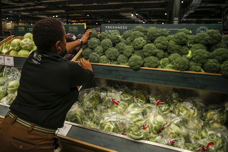 来年1月から、英国のスーパーに生鮮食品が並ばなくなる?(Bloomberg)