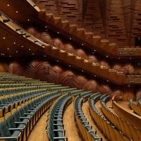 肘掛けの下を三角にくり抜いたデザインが特徴的な上田市交流文化芸術センター(長野県)の客席=コトブキシーティング提供、荒木文雄撮影