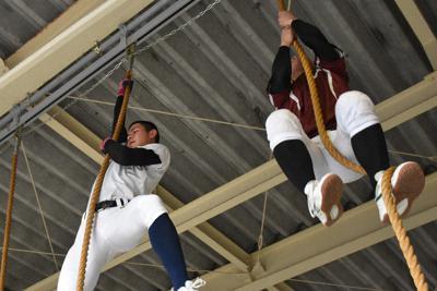 地元住民が寄贈し、設置した綱を登ってトレーニングをする伊香の選手たち=滋賀県長浜市の同校で2019年12月18日午後2時20分、安田光高撮影
