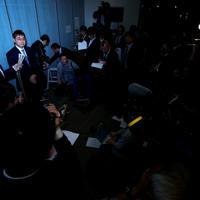 大勢の報道陣に囲まれ、記者の質問に答える河井克行前法相=東京都港区で2020年1月15日午後10時16分、吉田航太撮影