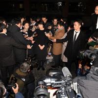 記者に囲まれ質問に答える河井案里参院議員(中央)=東京都千代田区で2020年1月15日午後10時41分、竹内紀臣撮影