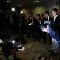 記者会見の最後に頭を下げる河井克行前法相=東京都港区で2020年1月15日午後10時25分、吉田航太撮影