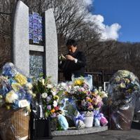 死亡した田原寛さんの名前が刻まれた「祈りの碑」を磨く父義則さん=軽井沢町で2020年1月15日午後1時55分、原奈摘撮影