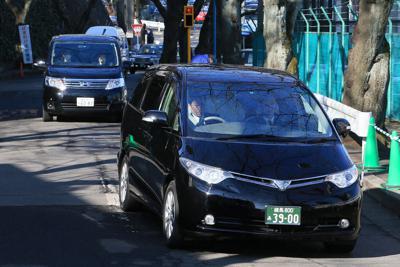 聖マリアンナ医科大学病院に警察車両と共に到着したアルジェリアの人質事件の遺体を乗せた車両(手前)=川崎市宮前区で2013年1月25日午前10時33分、梅村直承撮影