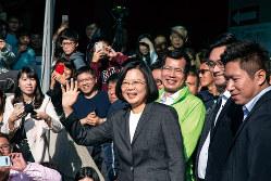 再選を果たした蔡英文氏。開票前、笑顔で支持者の声援に応える(Bloomberg)