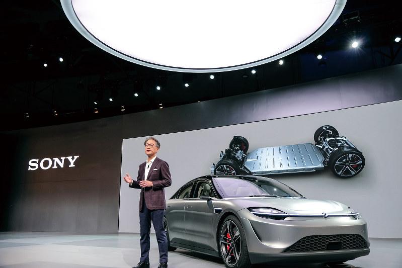 自動運転機能などを備えたソニーの次世代自動車と吉田憲一郎社長(撮影=浜田健太郎)