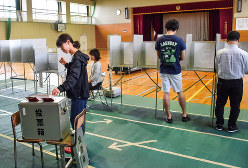 マイナンバーカードを投票所の入場券にすれば普及するはずだ