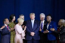 福音派の集会で信徒とともに祈るトランプ大統領(右から3人目、フロリダ州マイアミ)(Bloomberg)