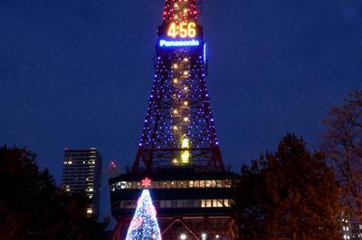 ウポポイのオープン100日前を記念して、ロゴマークの色である紺と赤にライトアップされたさっぽろテレビ塔=札幌市中央区で、竹内幹撮影