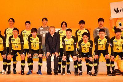 ネルシーニョ監督(前列中央)とポーズをとる新加入選手=千葉県柏市で