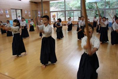 「めーん」と大きな声を上げながら、竹刀を振り下ろす園児たち=静岡県伊東市の野間自由幼稚園で