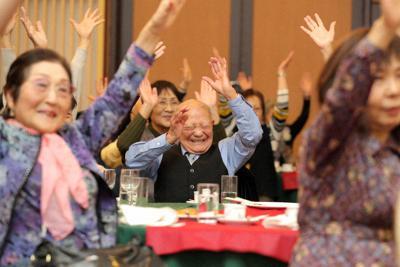 コンサートで笑顔を見せる参加者たち=東京都文京区の東京ガーデンパレスで、喜屋武真之介撮影