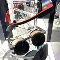 パナソニックがCESに初出展した高精細で小型軽量の仮想現実(VR)グラスの試作モデル=米西部ラスベガスで、中井正裕撮影