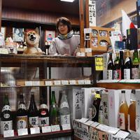 福が店番をする小川又兵衛商店では奈良県内の地酒が豊富にそろう=奈良市で、猪飼健史撮影