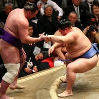 正代(右)が寄り切りで栃ノ心を降す=東京・両国国技館で2020年1月17日、小川昌宏撮影