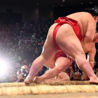 炎鵬(下)が寄り倒しで阿武咲に敗れる=東京・両国国技館で2020年1月17日、北山夏帆撮影