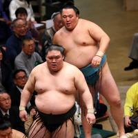 玉鷲(奥)を押し出しで降した豪栄道=東京・両国国技館で2020年1月17日、小川昌宏撮影