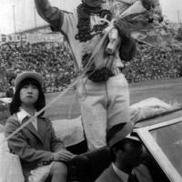 現役生活に別れを告げた中日・高木は花束を手に場内を一周=愛知・ナゴヤ球場で、1981年3月29日撮影