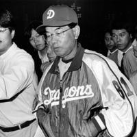 手痛い敗戦に肩を落として引き揚げる中日・高木監督=神宮球場で、1994年10月4日撮影