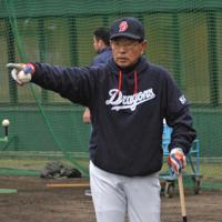 自らノックバットを振り、精力的に指導する高木守道監督=沖縄県北谷町で2012年2月3日、鈴木英世撮影