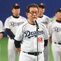 今季最終戦の後、ファンに最後のあいさつをする高木守道監督=ナゴヤドームで2013年10月5日、大竹禎之撮影