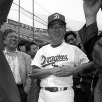 巨人との「10・8決戦」前、記者に囲まれる高木監督=ナゴヤ球場で、1994年10月8日撮影