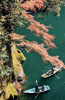 Sightseeing rental boats are seen at Takachiho Gorge in the town of Takachiho, Miyazaki Prefecture, in southwestern Japan. (Photo courtesy of the Takachiho Tourist Association)