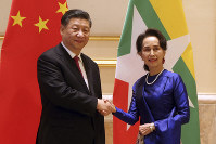 Myanmar's leader Aung San Suu Kyi, right, shakes hands with Chinese President Xi Jinping during their meeting at the Presidential Palace in Naypyitaw, Myanmar, on Jan. 17, 2020. (AP Photo/Aung Shine Oo)