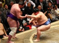 No. 4 maegashira Shodai, right, forces out No. 6 maegashira Tochinoshin on the 6th day of the New Year Grand Sumo Tournament at Tokyo's Ryogoku Kokugikan, on Jan. 17, 2020. (Mainichi)