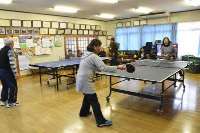 日曜日に集まって卓球をする西大谷自治会の会員ら=高松市国分寺町新居で、山口桂子撮影