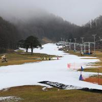 例年にない雪不足の中、人工降雪機で作った雪が敷き詰められたゲレンデ=福島県猪苗代町のリステルスキーファンタジアで2020年1月15日、手塚耕一郎撮影