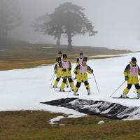例年にない雪不足の中、人工降雪機で作ったゲレンデで、スキーの練習に臨む中学生ら=福島県猪苗代町のリステルスキーファンタジアで2020年1月15日、手塚耕一郎撮影