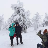 少雪が続き、成長が遅れている蔵王ロープウェイ地蔵山頂駅付近の樹氷。台湾から大勢の観光客が訪れ、記念撮影していた=山形市で2020年1月16日、手塚耕一郎撮影